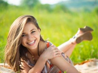 公園で笑顔あふれる女性