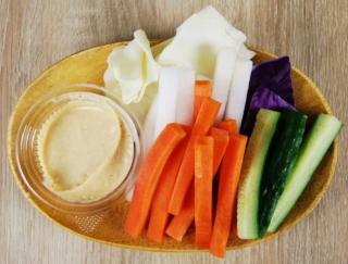 """""""ウマ辛""""な「味噌マヨ」がクセになる! ファミマの「大盛り野菜スティック」に反響続出!"""