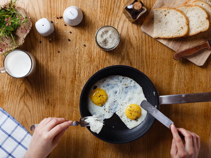 テーブルの上の朝食。