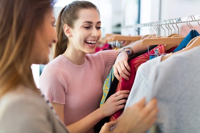 買い物をする2人の女性