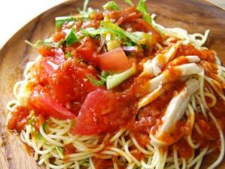 お皿に移した「1/2日分野菜冷たいパスタ 蒸し鶏とトマト」のアップ画像