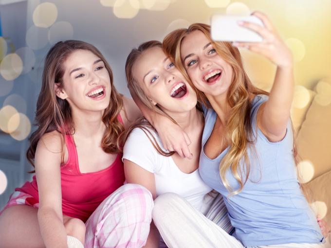 自分撮りをする女性3人組のイメージ写真