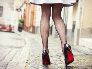 X脚の女性の歩き姿