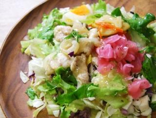 「塩だれの味が効いていてずっと食べていられる!」奥深い味わいの「豚カルビの雑穀ボウルサラダ」がファミマに登場