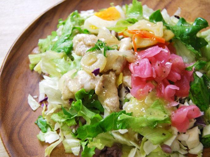 お皿に移した「豚カルビの雑穀ボウルサラダ」のアップ画像