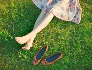 ヒールからスニーカーに履き替えると逆効果!? 外反母趾が悪化する原因&簡単セルフケア