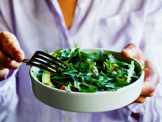サラダを手にする女性