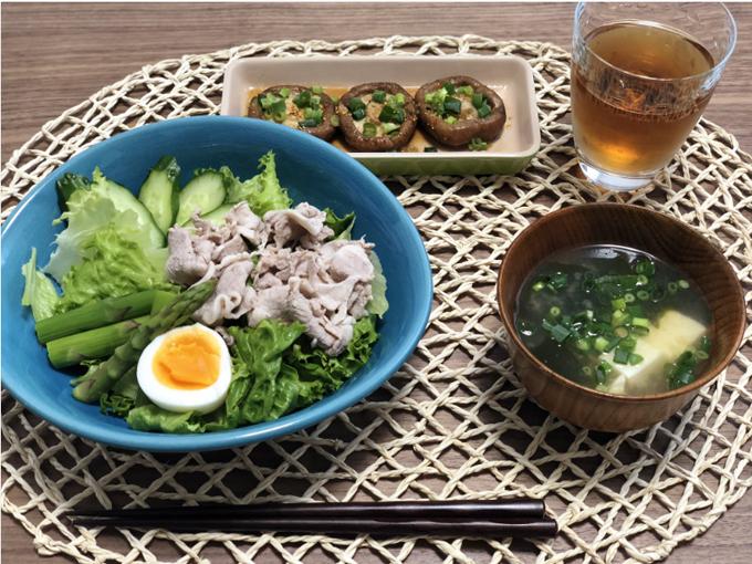 サラダとキノコ、味噌汁
