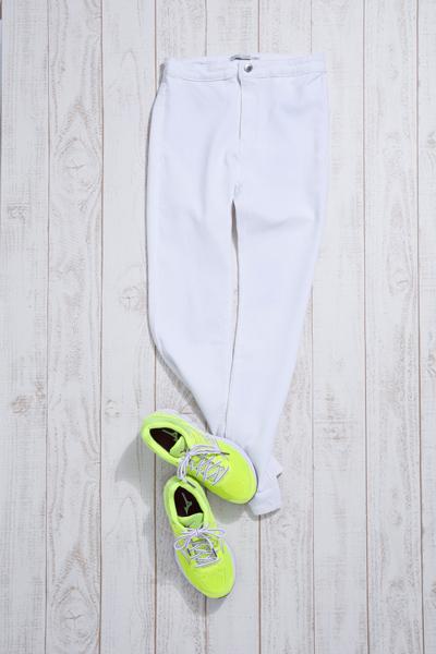 白パンツとミズノのスニーカーのコーディネート