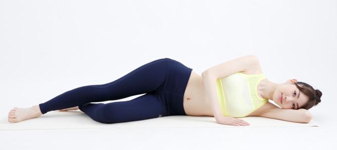エクササイズのスタンバイで横になる女性