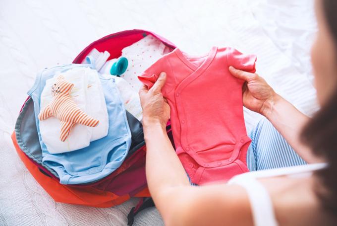 ベビー服を手に取る女性