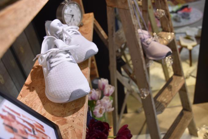 棚に飾られた白いスニーカー