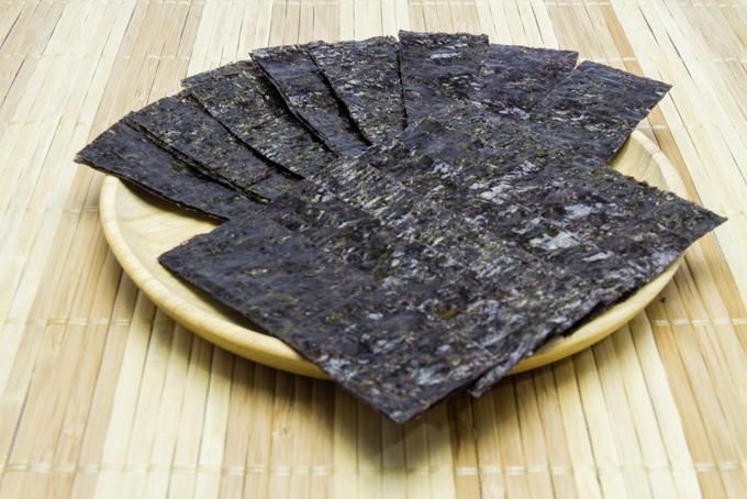 お皿の上に重なった海苔の画像