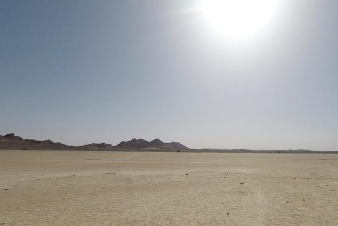 砂漠と照りつける太陽