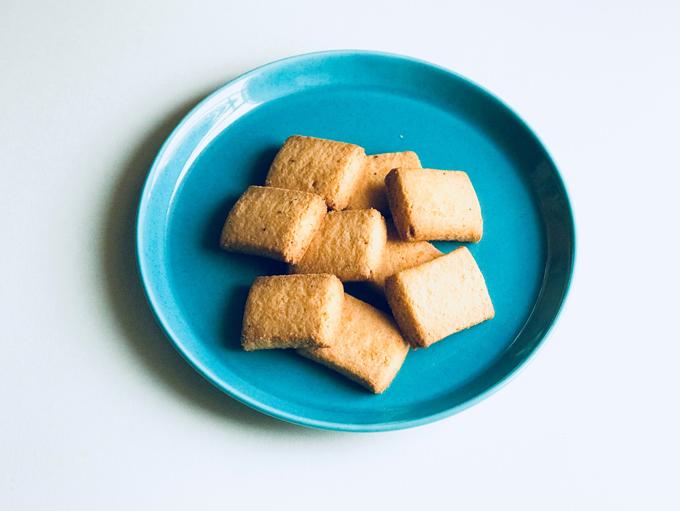 みそとチーズのサブレをお皿にあけたところ