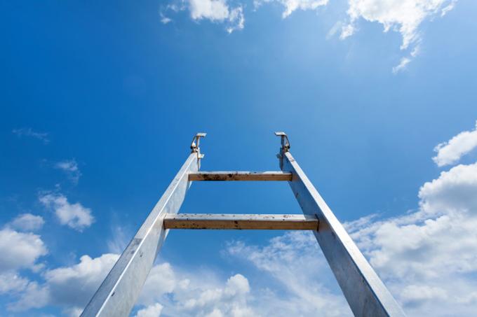 はしごが空に向かっている