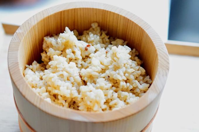 おひつの中の炊きあがった玄米