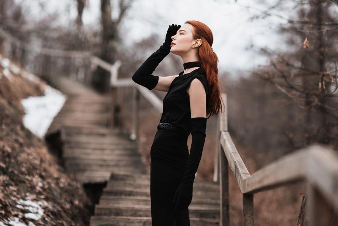 黒のロンググローブを着用した女性の画像