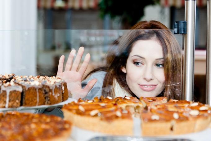ケーキを選ぶ女性