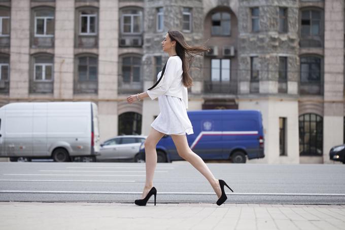ハイヒールを履いて大股で歩く女性の画像