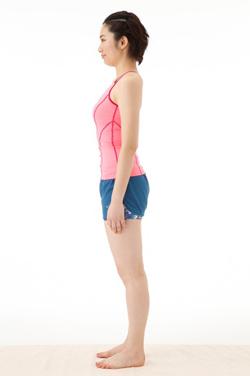 背すじを伸ばしてまっすぐ立つ女性のモデル