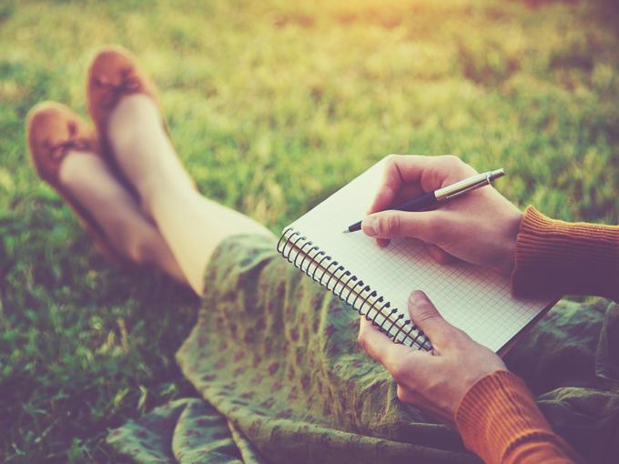ノートに書き出す女性