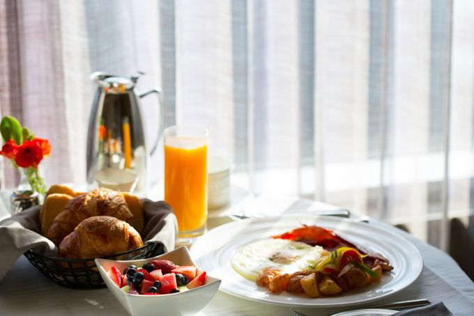 朝日を浴びた朝食のテーブル