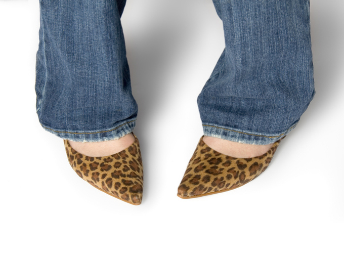 O脚の特徴である内股の女性の足元