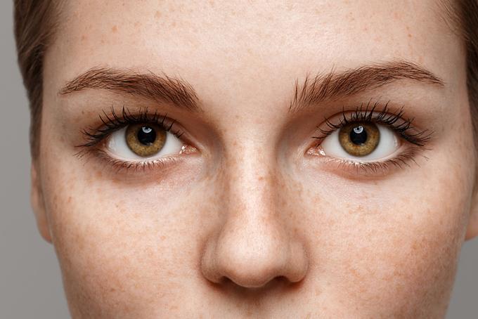 女性の目元のアップの画像