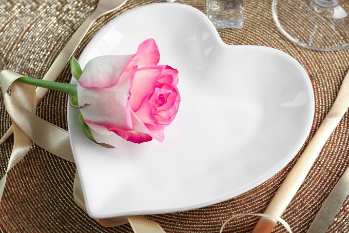 ハートのお皿にバラの花一輪