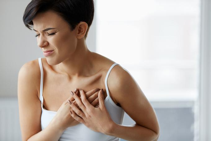 心臓が痛む女性の画像