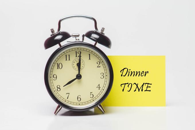 8時をさした時計