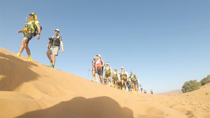 サハラ砂漠を歩く人たち
