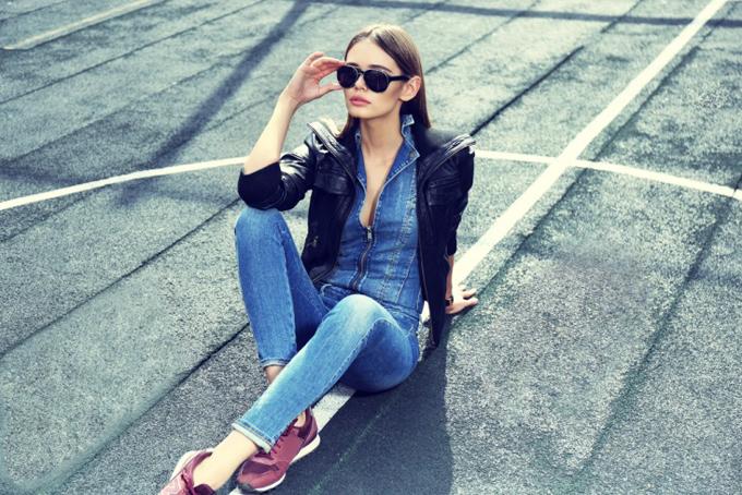 道路に座っているデニムを着た女性