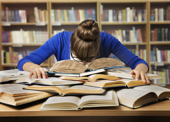 勉強に疲れた女性