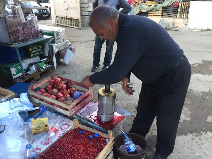 ザクロジュースを作っている市場