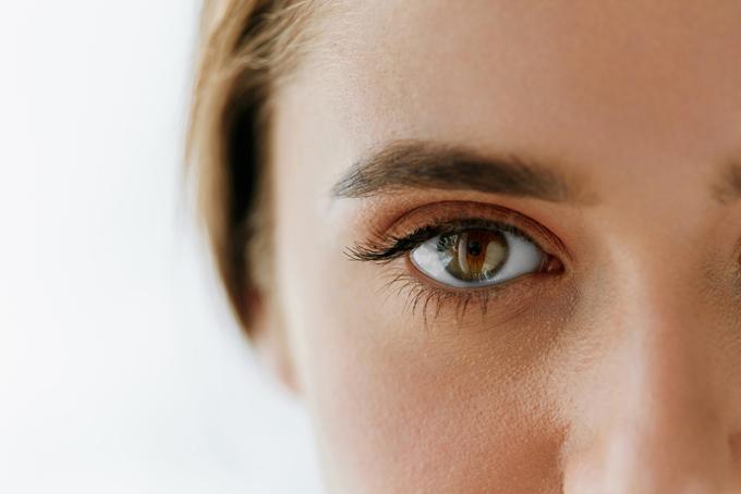 女性の右目アップの画像