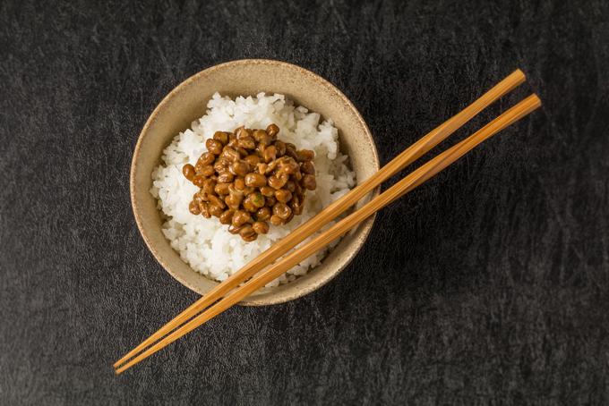 茶碗に入った納豆とご飯の画像