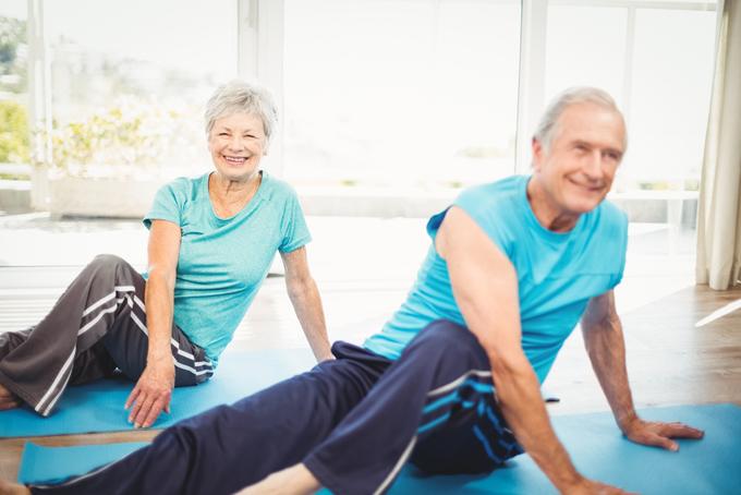 トレーニングをする高齢者の画像