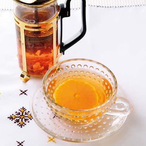 紅茶の入ったガラスのティーカップとポット