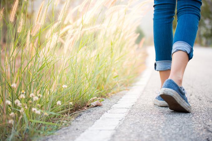 道路を歩く女性の後ろ姿