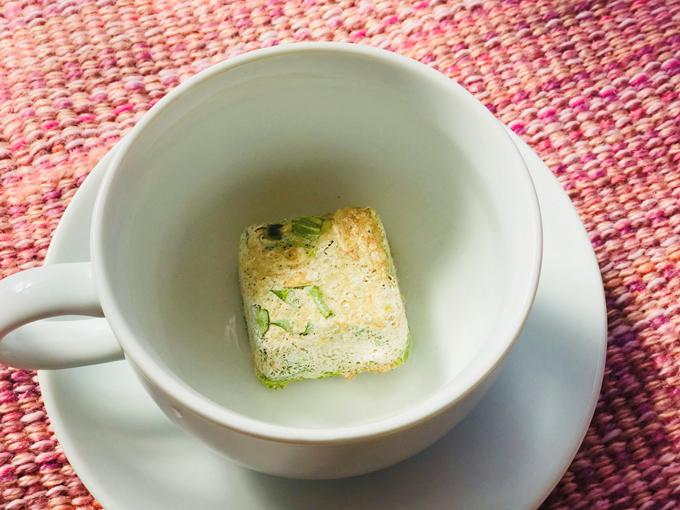 フリーズドライのスープをカップに入れたところ