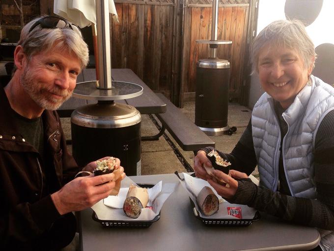 アメリカ人夫婦が寿司ブリトーを食べている