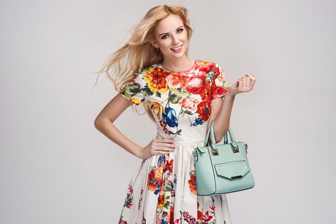 花柄のワンピースを着た女性の画像