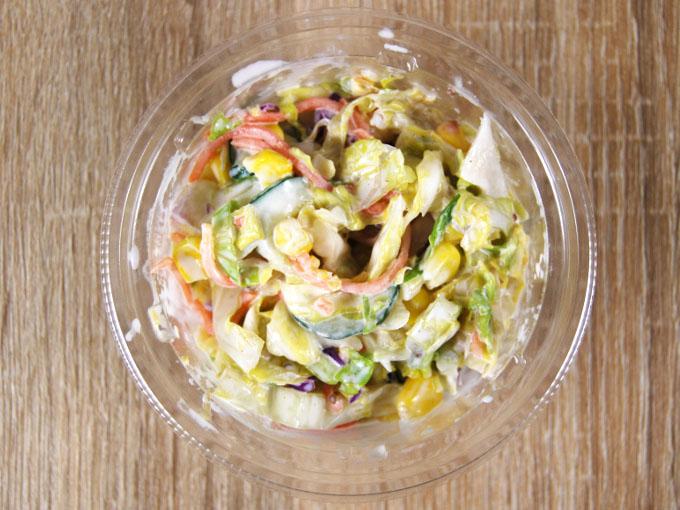 容器の蓋を外した「春キャベツのコールスローサラダ」の画像