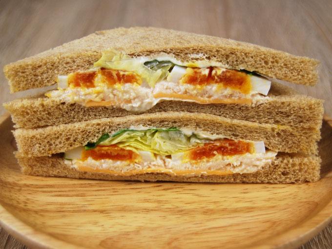 お皿に移した「全粒粉サンド半熟たまごとサラダチキン」を横にした画像
