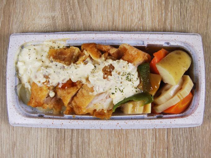 容器の蓋を開けた「チキン南蛮&ごろごろ野菜」の画像