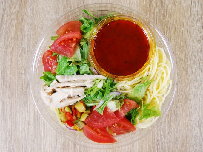 容器の蓋を外した「1/2日分野菜冷たいパスタ 蒸し鶏とトマト」の画像