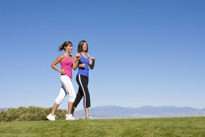 ウォーキングする女性の足のアップの画像