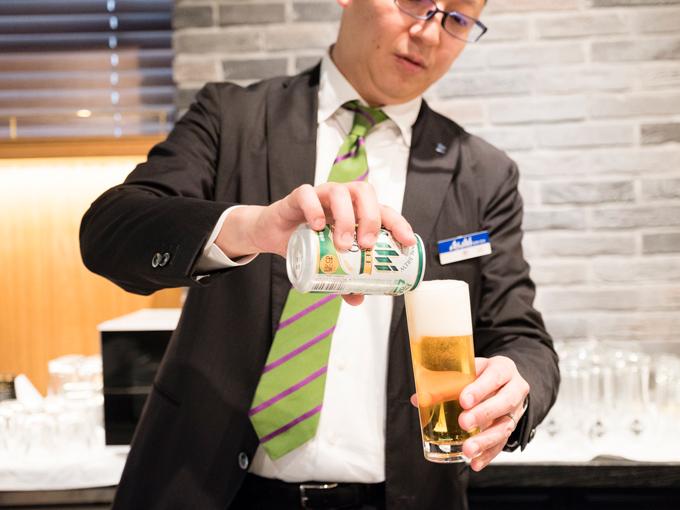 スタイルフリーをグラスに注ぐ男性
